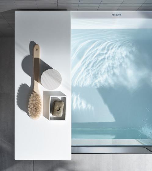 Badewanne von oben mit Wasser gefüllt