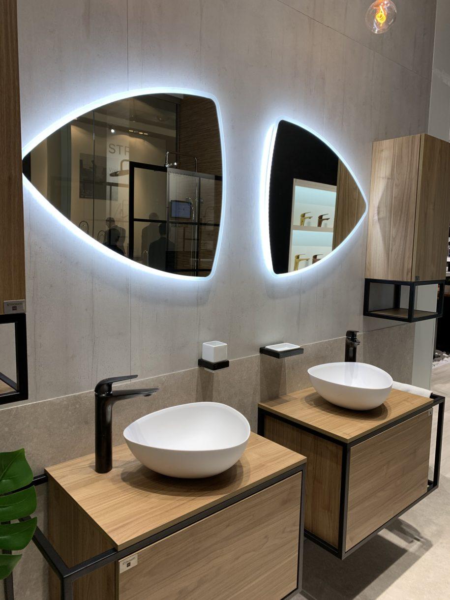 beleuchtete Spiegel im Badezimmer