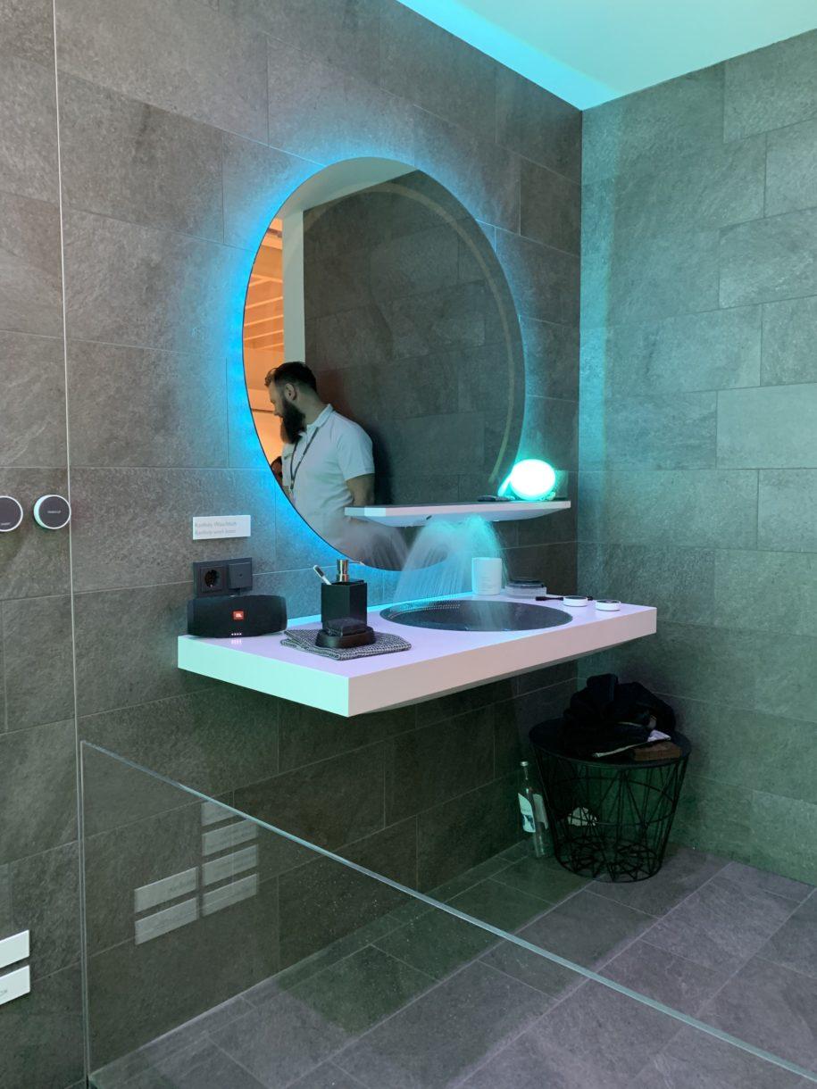 Beleuchteter Spiegel im Waschraum